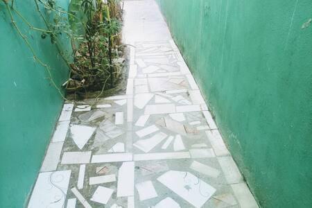 amplio pasillo de entrada a la habitacion