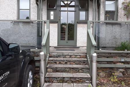 현관까지 통로에 충분한 조명