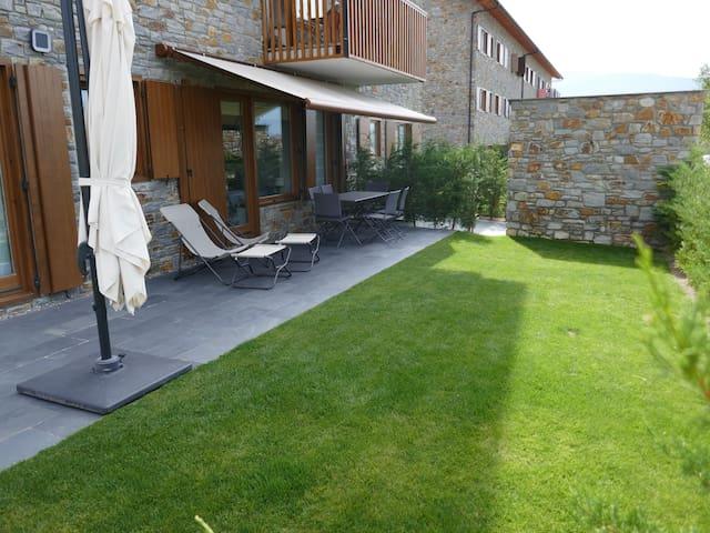 Apartament planta baixa amb jardí i piscina