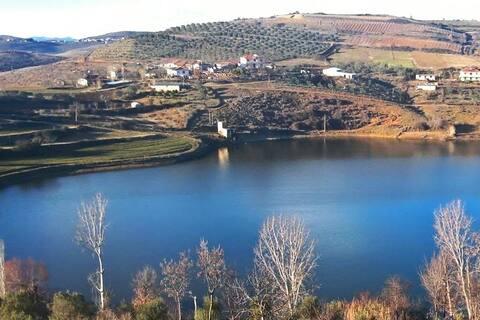 Komfortabel leilighet med utsikt over innsjøen