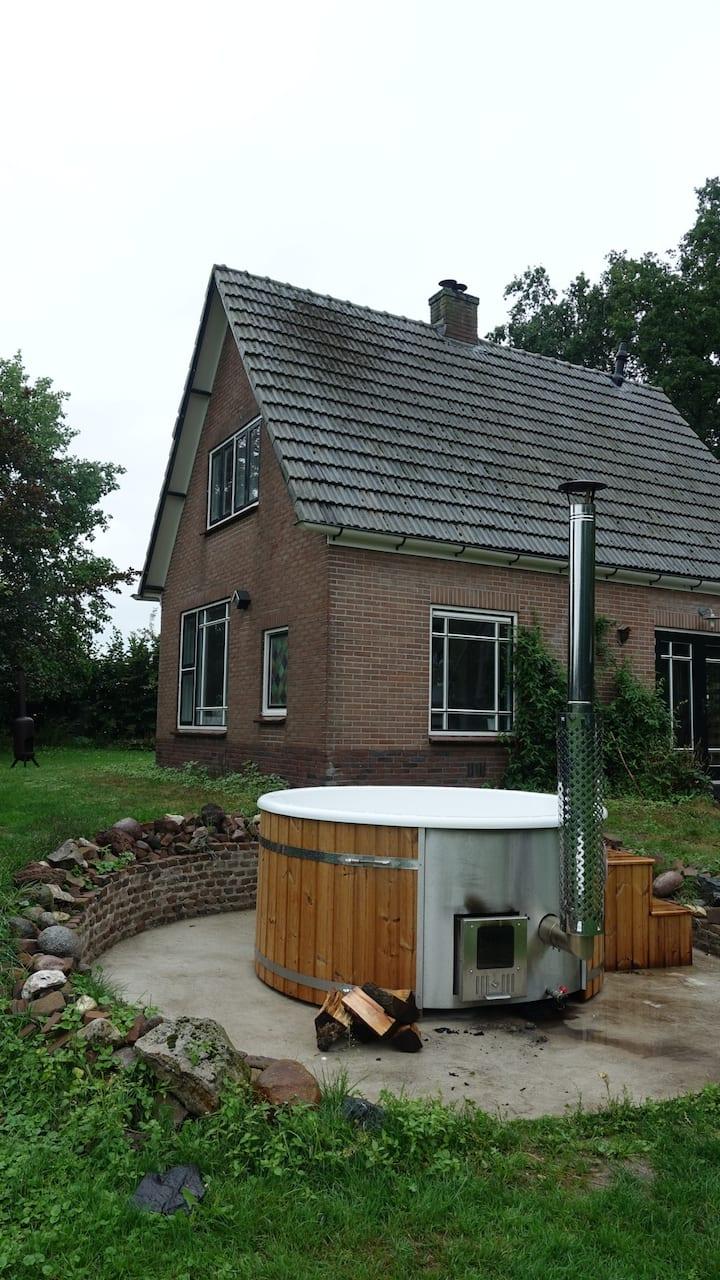 Fijne Woning, heerlijke tuin, trampoline, hottub