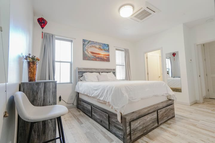 Modern style design! Downtown spacious room and private full bathroom in a shared 2bd/2bt condominium. Comes with large vanity and full lenght mirror, cabinets, night stand, garment rack, three windows for lots of natural light and room specific AC!