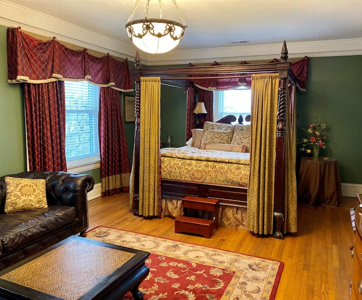 Rose Suite at The Inn @ 835 Boutique Hotel