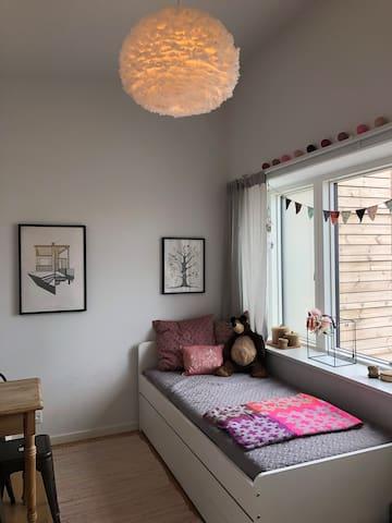 Pigeværelse - 2 sengepladser