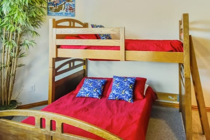 Bunk room with Full and twin