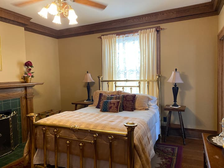 Hyacinth Room at the Inn @ 835 Boutique Hotel