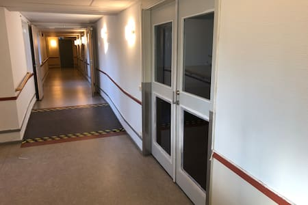 Ledstång på vänster sida i korridoren