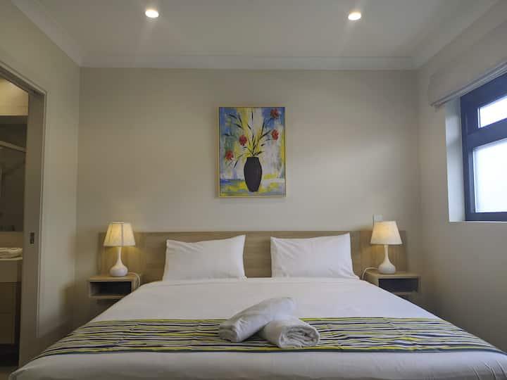 Stylish, modern king room/own entrance in Brisbane