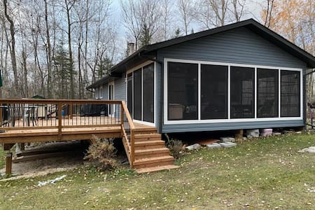 3 bedroom cabin with new huge screen porch + deck