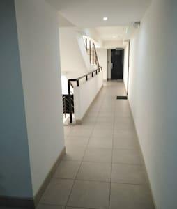 Pasillo hacia ascensor y hacia gradas