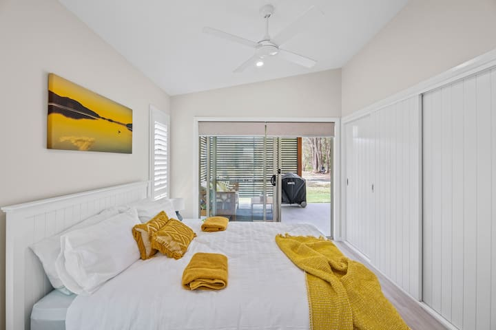 Queen size bedroom, spacious built in wardrobe with lots of hangers. Beautiful plantation shutters for privacy, rollers blinds on the sliding door which opens out onto the outdoor dining area.