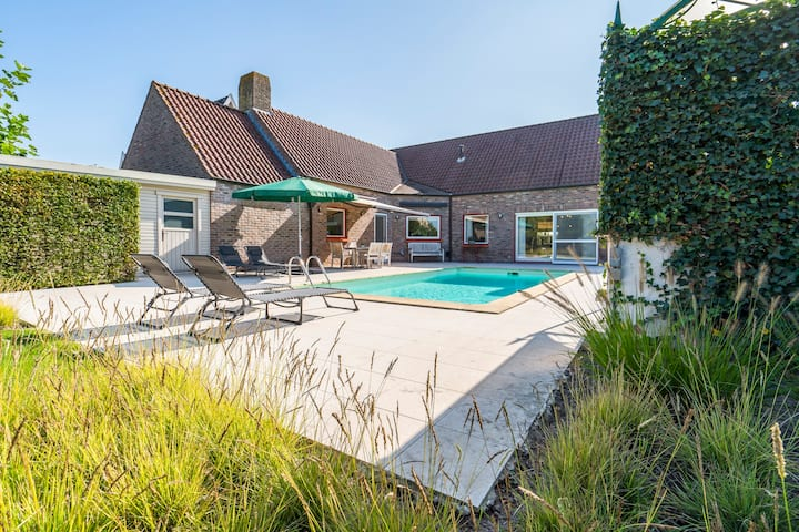 Villa with heated swimming pool / large garden
