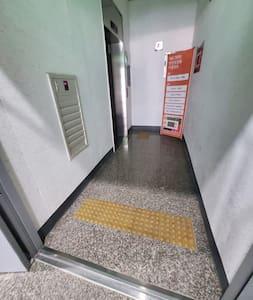 복도에 센서등이 있어 편리해요.
