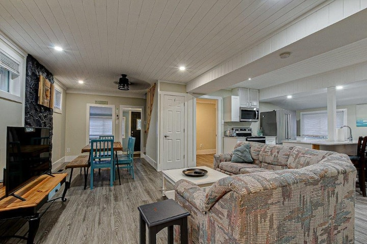 Renovated 3 Bed Port Stanley Cottage - Beach Open!