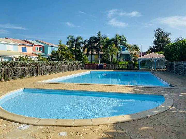 Joli duplex en rez de jardin , piscine, citerne