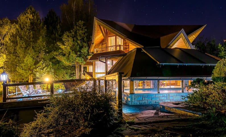 Drewniany domek w górach z Basenem i Sauną