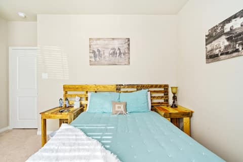 Rustic Private BR w/ Queen Bed close Conroe & I-45