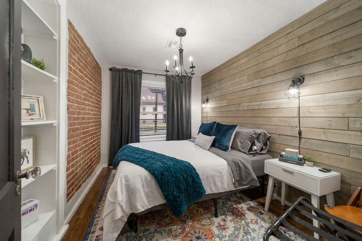 UPDATED Downtown Apartment - 1023A