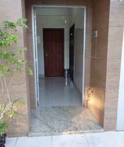 Camino hasta la puerta de entrada sin escalones