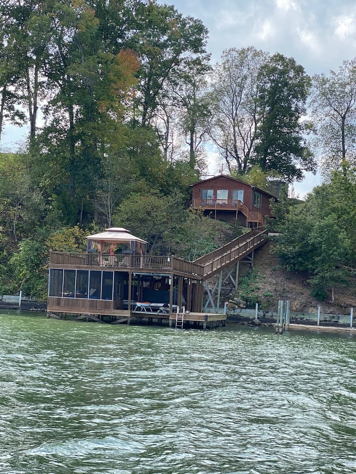 Double J's LakeHouse Retreat with Year-Round Water