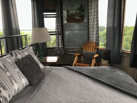 Farm Stay. The Silo! 600 acres. Lake. Woods. Pets.