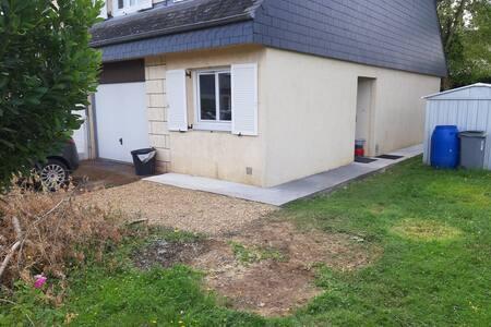 L'accès à la porte d'entrée se fait par le côté de la maison