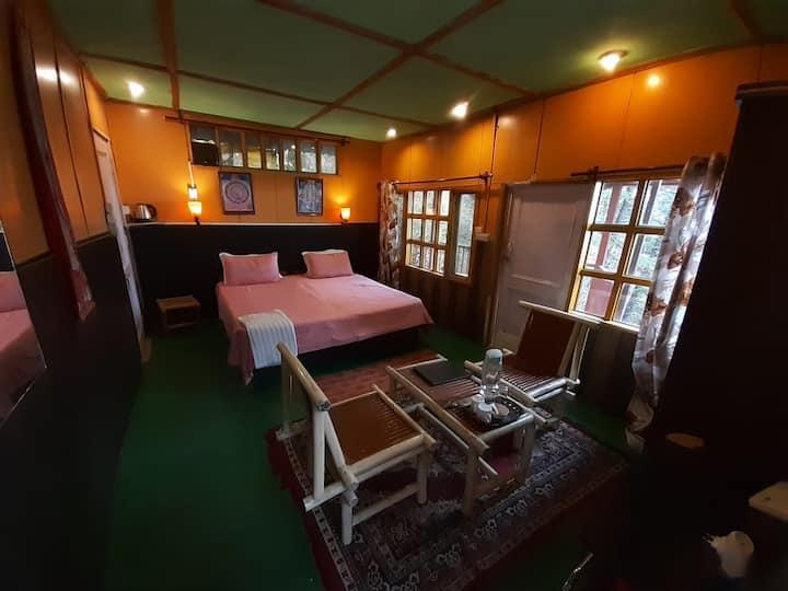 Hill side hut w/balcony Mcleodganj Bed & Breakfast