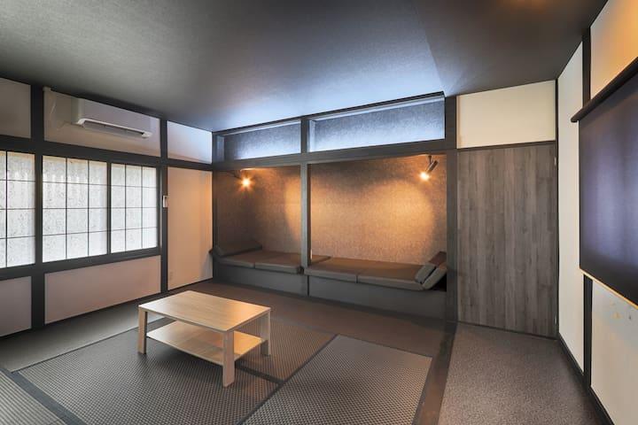 【寝室E(2階) 定員4名】 モノトーンベースで洗練された雰囲気のお部屋です。 照明が効果的にぬくもりを演出してくれています。