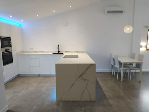 Newly renovated Bright Ecolounge with High ceiling