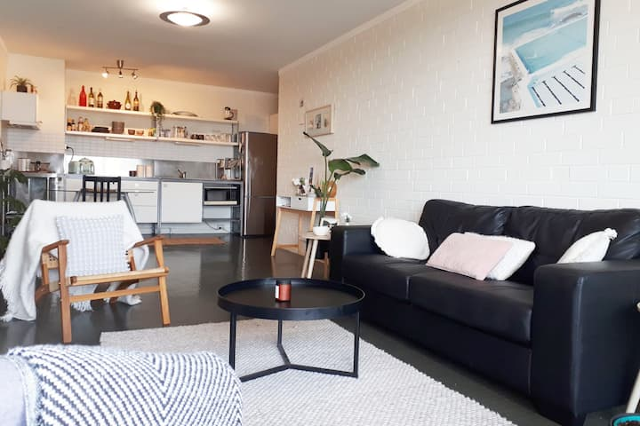 Spacious one-bedroom apartment close to the beach