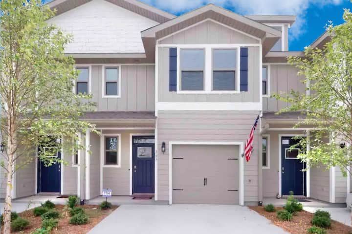 Newly Built Townhome w/ Community Pool