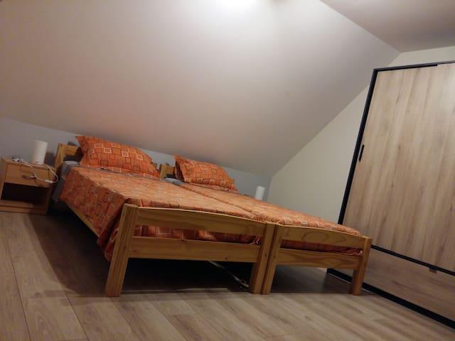 chambre 2 avec 2 lits simple