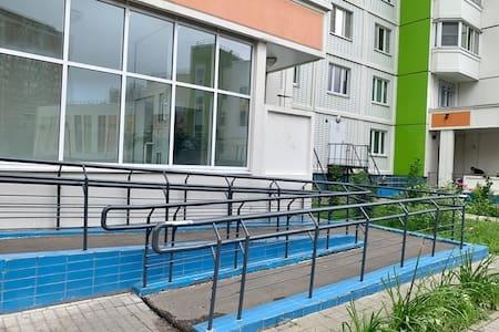 Пандус при входе в подъезд - дополнительное удобство для людей с колясками и тяжелыми чемоданами.  Далее до самой квартиры - никаких ступеней.