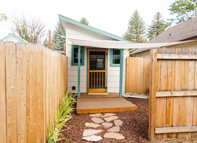 Vanlifer's Tiny House Reprieve, Pet Friendly!
