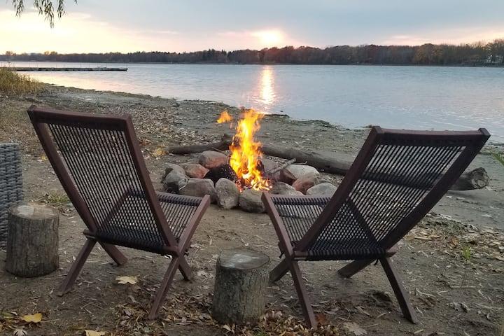Woodland Riverfront Sunset Chalet (Canada)