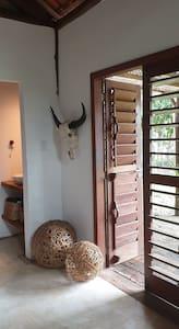 as duas portas se abrem facilmente e oferecem um amplo acesso de um metro e quarenta.