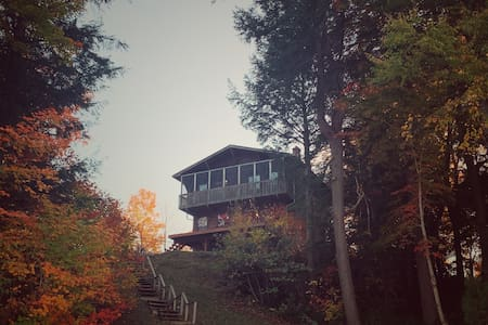 4 Season Private Lakefront Cottage - Fall Colours!