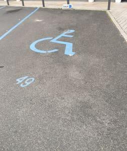 Žmonėms su negalia skirta automobilio statymo vieta