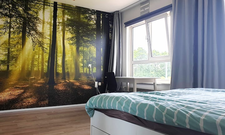 Bright and spacious bedroom close to metro