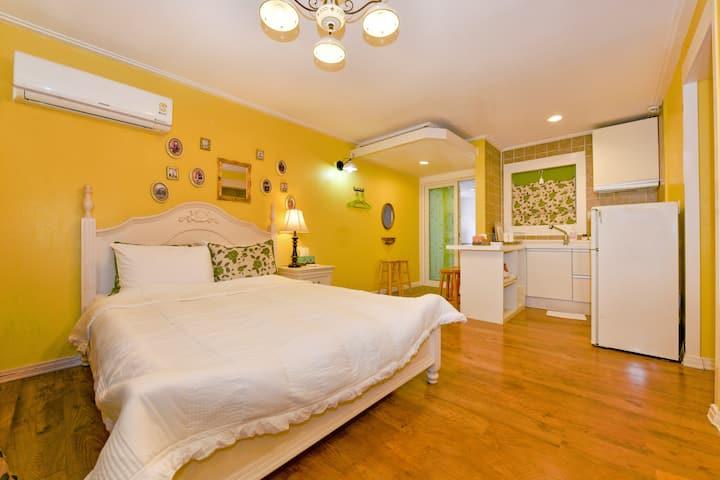 타샤의정원펜션-로코코 최대 2~3명 침대 1개 실내스파 객실앞바베큐 홍천강조망 수영장큐