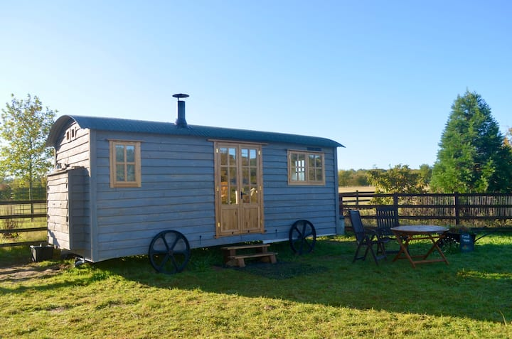 Shepherd's Hut in Silverstone, Cosy, Rural, Views