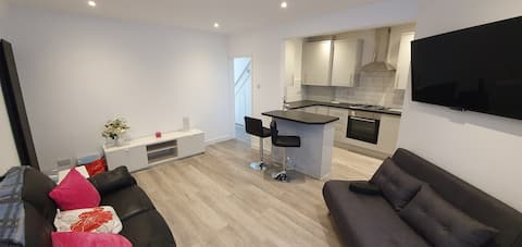 Newly converted 1-bed flat close to station!