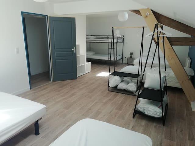 la chambre dortoir qui est composée de 2 lits individuel de 90/190, son lit superposé de 90/200, et pour finir de 2 lits de 140/190