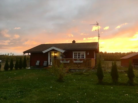 Koselig hytte i landlige omgivelser.