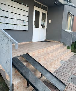 Intrarea este prevăzută cu rampă de urcare și cu ușă dublă de acces.
