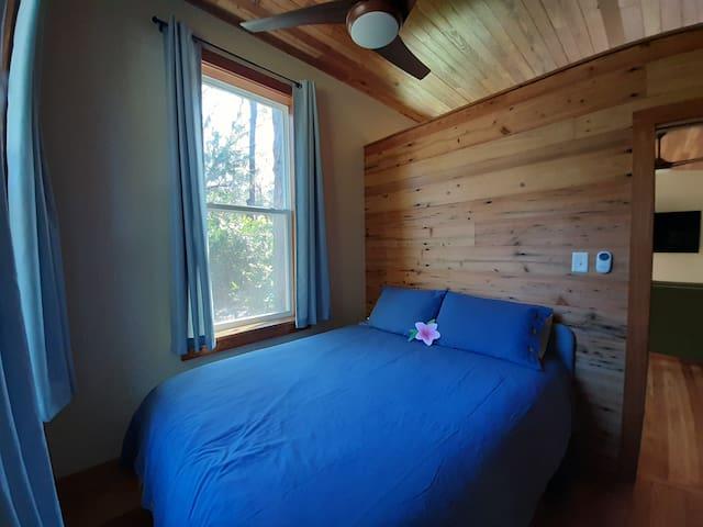 Bedroom (queen size bed)