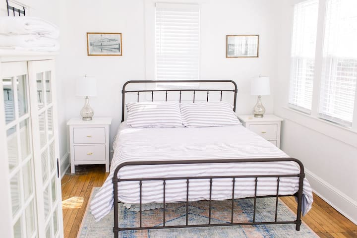 Downstairs bedroom with queen size bed.