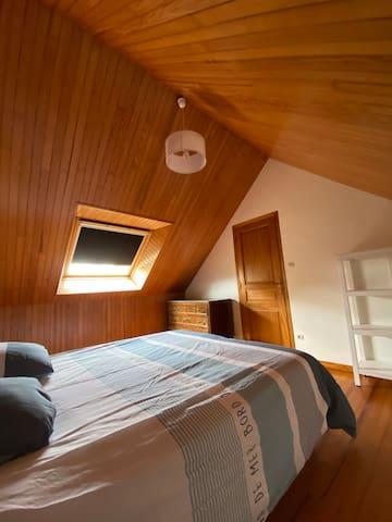 Chambre 1 (commode et armoire ouverte)