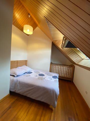 Chambre 2 (lit 140 x 190) et lit bébé