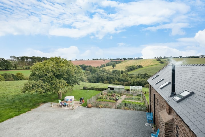 NEW Barn Conversion. Hot Tub & Unspoiled Views